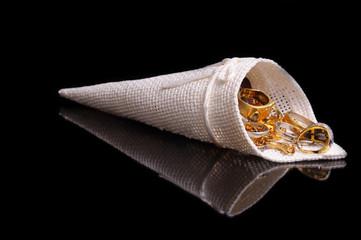 Cono bianco con anelli d'oro sfondo nero