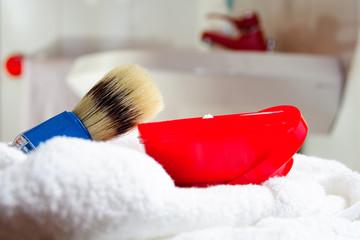 Pennello e schima da barba, sfondo bagno