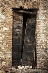 vecchio portone bruciato