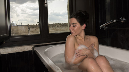 ragazza in vasca da bagno