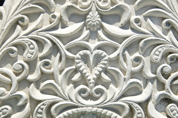 ancient  white wall design with mouldings decor