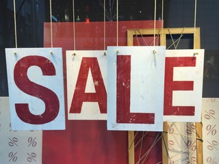 Sale Schild in Schaufenster