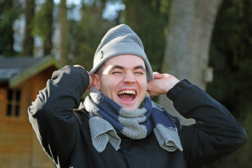 Mann mit Mütze lacht
