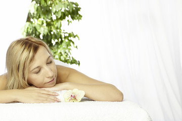 Junge Frau entspannt bei der Thaimassage