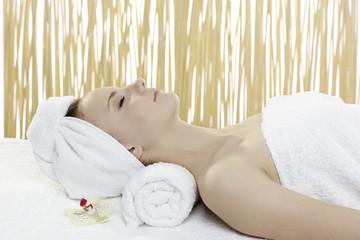 Junge attraktive Frau bei einer Wellnes Massage
