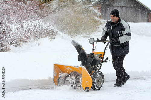Leinwanddruck Bild Schneeräumen im Winter