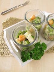 Fisch und Gemüse auf Reis im Glas