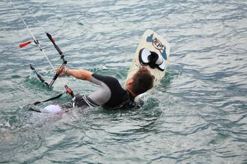 kite surfing sport d'acqua