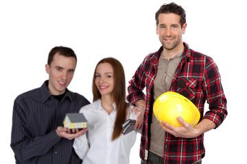 Junges Paar und Bauarbeiter