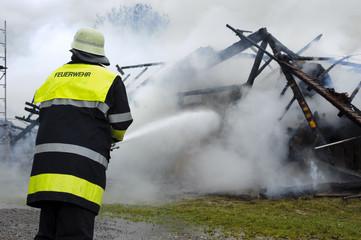 Feuerwehr beim Löschen von einem Brand