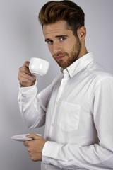 Hombre ejecutivo tomando café