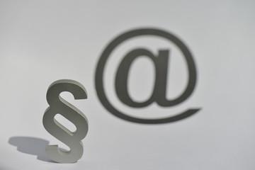 Internetrecht, Onlinerecht, E-Mail, At-Zeichen, Recht