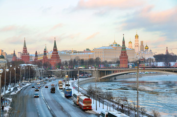 Москва, кремль, движение по Пречистенской набережной зимой