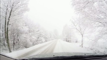 viaggo in auto con nevicata