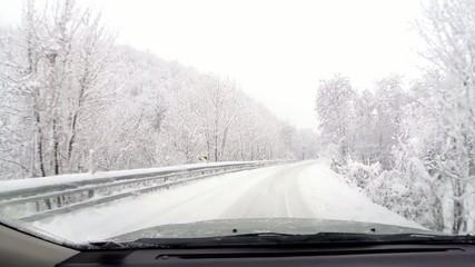 strada con neve fresca