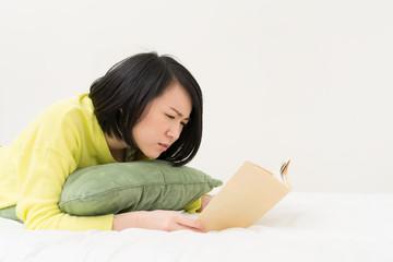 難しい本を読む女性
