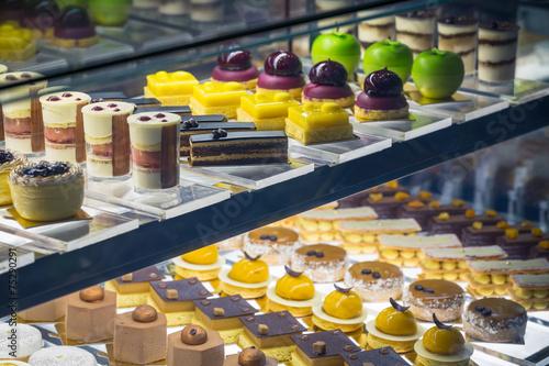 Staande foto Bakkerij assortiment de gâteaux en vitrine