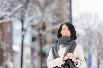 冬の街角を歩く女性
