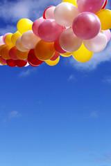 bunte ballonkette am blauen himmel