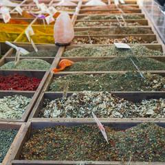 spezie aromatiche esposte in un mercatino
