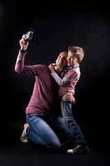 Vater und Sohn machen ein Selfie