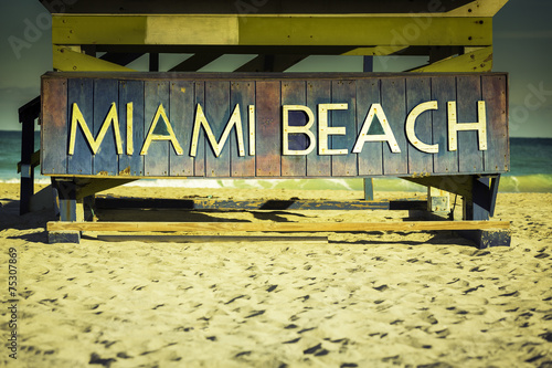 Poster Strand Miami Beach sign on wood background, Florida