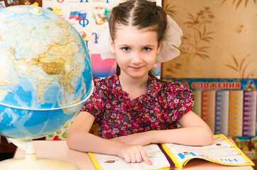 Девочка за школьным столом.