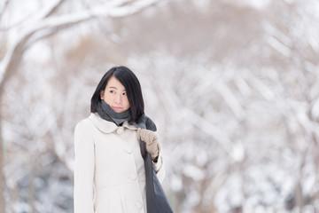 雪景色と若い女性