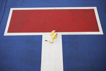 Bananenschale auf Sackgasse Zeichen, erhöhte Ansicht