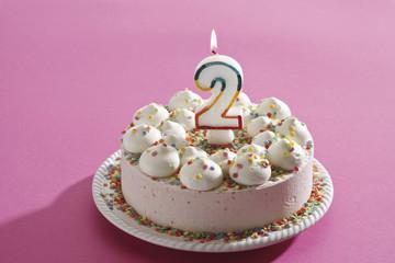 Geburtstagskuchen, Sahne-Torte mit brennende Kerze