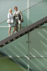 Deutschland, Geschäftsleuten, die auf Treppen