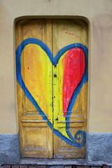 Holztür mit gemaltem Herz auf einer Tür in Navigli in Mailand