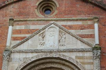 Erzengel Michael über dem Eingang der Kirche San Pietro (Pavia)