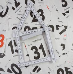 Silvester mit Haus und Kalenderblätter