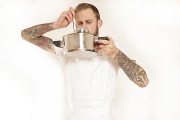 Koch probiert Suppe