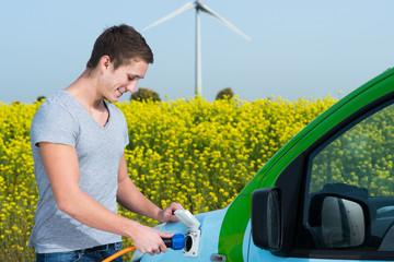 junger mann mit einem elektromobil