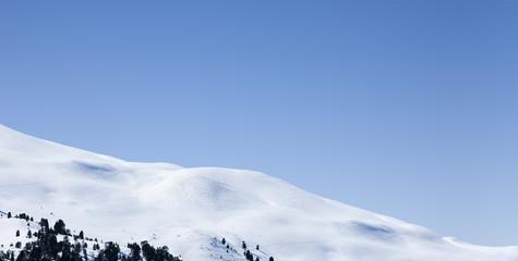 Schneelandschaft vor blauem Himmel