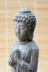 grijs Boeddhabeeld op bamboe achtergrond