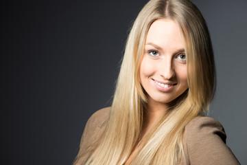 Portrait einer jungen Frau als Freisteller