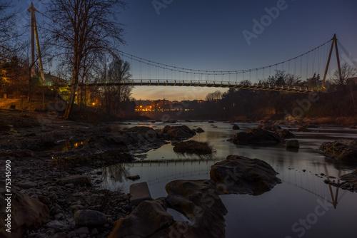 Ponte di corde sul fiume di sera © tommasodidonato