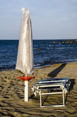 Ombrellone chiuso sulla spiaggia