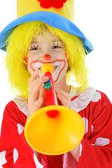 Kind als Clown verkleidet mit Trompete