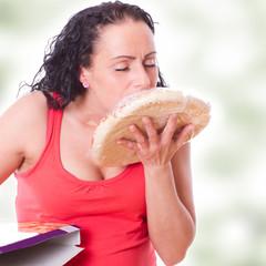 Junge hübsche Frau küsst abgepackte Pizza