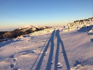 Winter: Zu zweit im Schnee am Gipfel