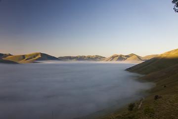 Castelluccio di Norcia Fioritura lenticchia,vallata nella nebbia