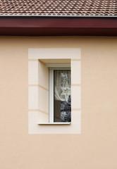 Modernes PVC Fenster mit Fenstereinfassung und Weihnachtsschmuck