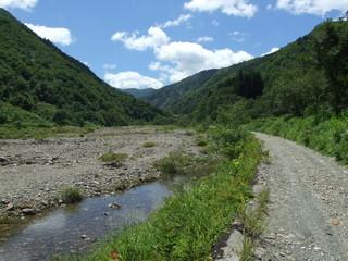 登山口へ続く川