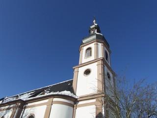 Die Jakobuskirche vor blauem Himmel in Großauheim