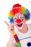 lachender clown zeigt mit dem finger hoch