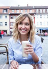 Frau mit blonden Locken im Strassenkaffee